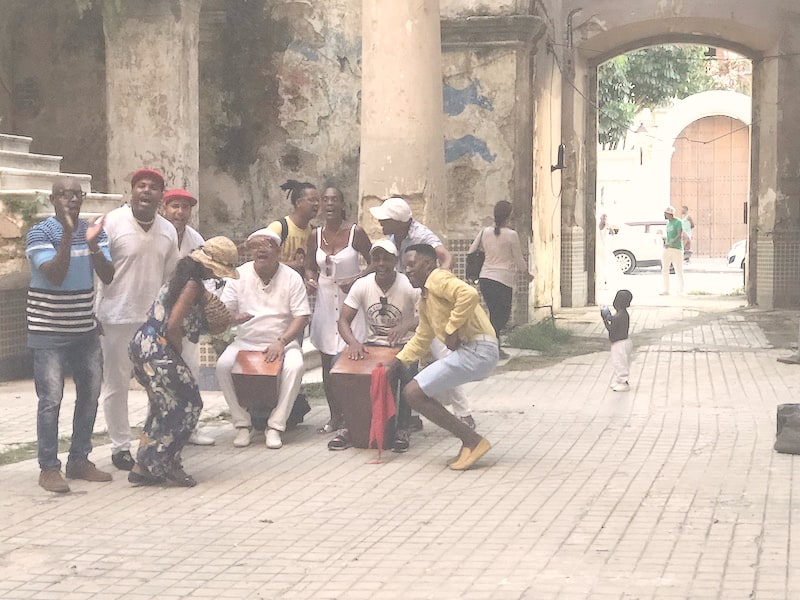 Uma moradia chamada de solar e músicos de altíssima qualidade fazendo salsa. Um verdadeiro retrato do clima cotidiano de Cuba. Arquivo pessoal