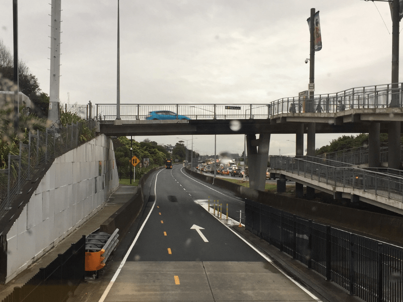 Vista da pista Expressa de Onibus em Auckland versus a SH1