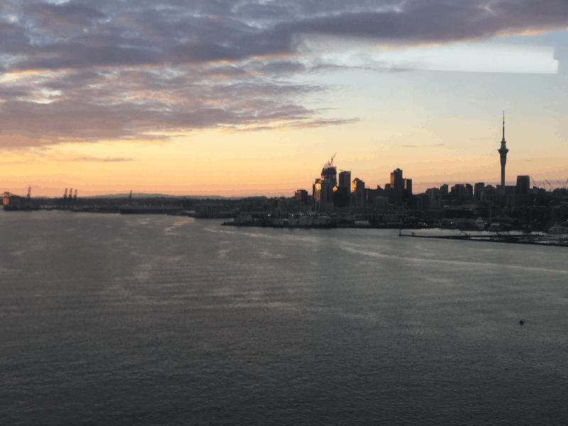 Vista do Centro de Auckland a partir da Harbour Brigde e o Onibus Double Decker - Gabriela Nunes
