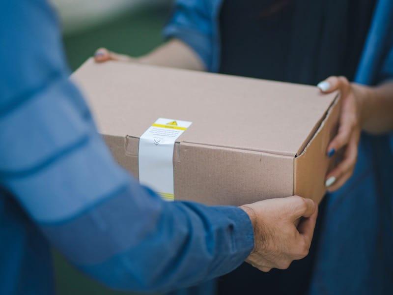 Pessoa recebendo um pacote
