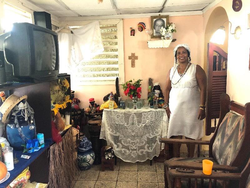 Sury, Santera Cubana em sua casa . Onde recebe os fiéis e professa sua fé.