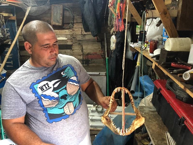 Fernando e seu troféu de pescador, uma boca de tubarão.