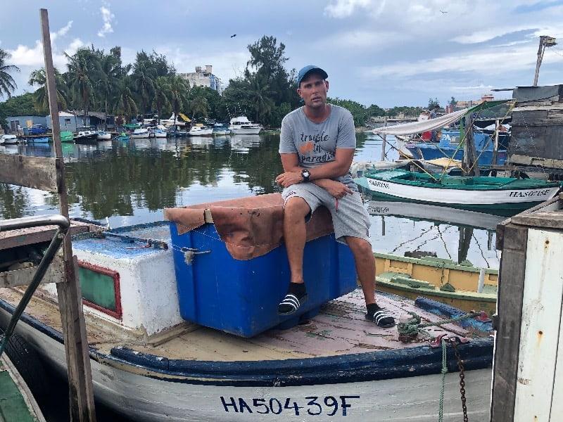 Marcos e seu barco que ficaram à deriva no mar durante 05 dias.
