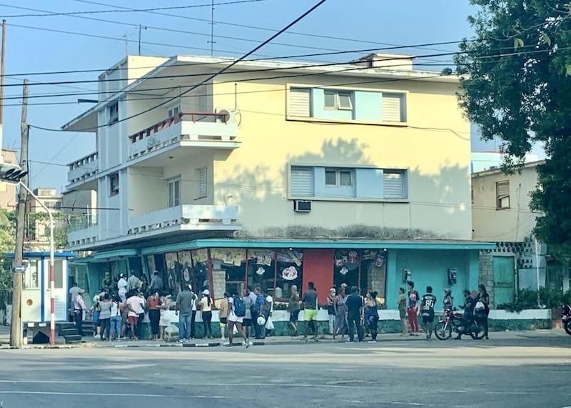 Foto de uma aglomeração de pessoas em uma fila de um dos mercadinhos de Havana. essa cena se ve diariamente na cidade. foto feita por Suzi Travagali