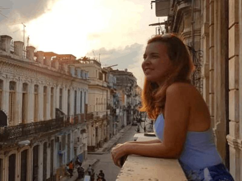Em uma varanda de um desses casarões antigos de centro Havana, Cuba.