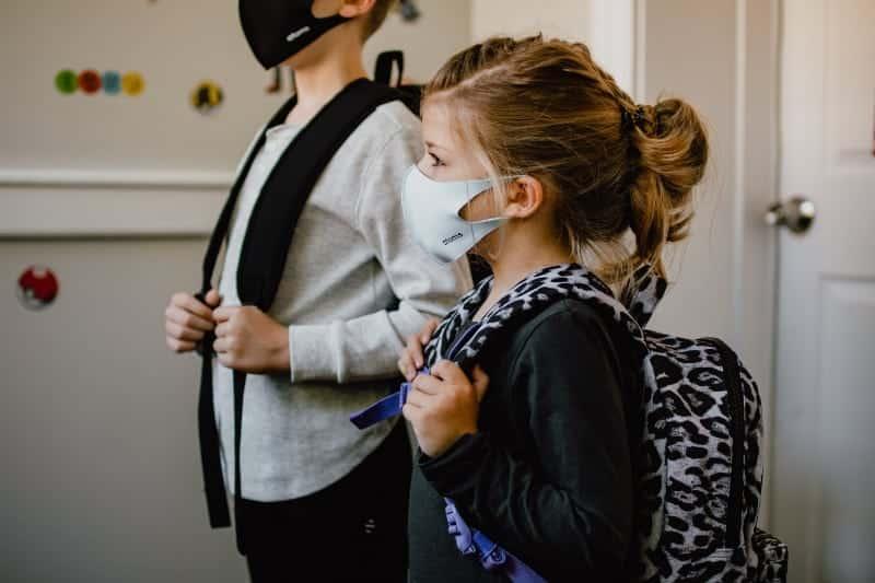 Foto: crianca máscara escola